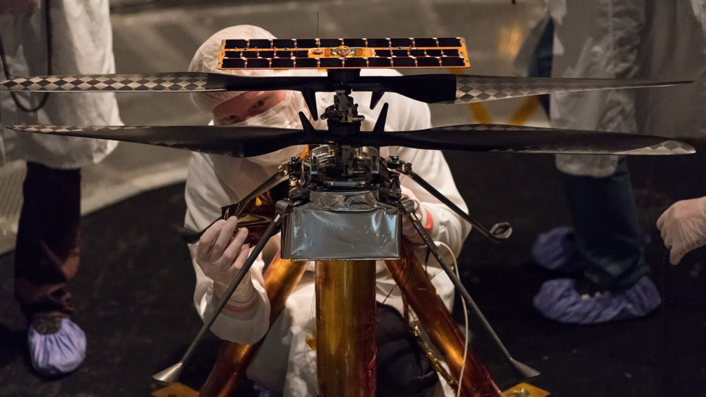 Mars Helicopter durante testes no Jet Propulsion Laboratory
